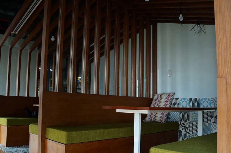Sảnh tiếp khách mở, không gò bò màu nâu trầm ấm tạo không gian ấm cúng, gần gũi